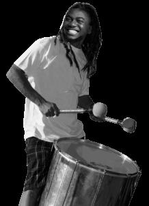 Percusionista tocando surdo samba